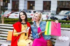 Sale och turism, lyckligt folkbegrepp - härliga kvinnor med shoppingpåsar Royaltyfri Bild