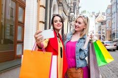 Sale och turism, lyckligt folkbegrepp - härliga kvinnor med shoppingpåsar, gör selfiefotoet Arkivbilder