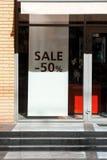 Sale ord på shopfrontskyltfönstret Royaltyfria Bilder