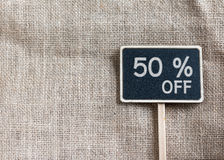 Sale 50 procent av teckning på svart tavla Royaltyfri Bild