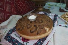 Sale russo d'annata del pane e della samovar sulla tavola coperta di tovaglia Benvenuto in Russia Dalla Russia con amore Fotografia Stock