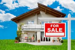 For sale sign in front of house Royalty Free Stock Images