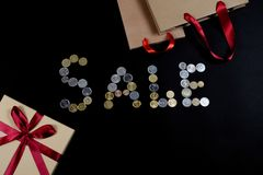 SALE som är skriftlig med mynt som det Black Friday begreppet arkivbild