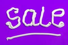 Sale tecken på en purpurfärgad bakgrund Royaltyfria Foton