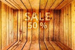 Sale 50% text på träasken eller rabatt 50 procent Royaltyfri Fotografi
