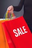 Sale titel som skrivs ut på röd shoppingpåse Arkivbild
