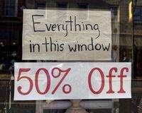 Sale undertecknar in fönstret royaltyfri foto