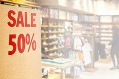 Sale undertecknar kläderen shoppar in Fotografering för Bildbyråer