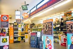 Sale undertecknar shoppar in, stora rabatter Royaltyfri Fotografi