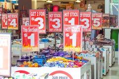Sale undertecknar shoppar in, stora rabatter Royaltyfria Foton