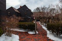 Salem, los E.E.U.U. 3 de marzo de 2019: La casa del museo de siete aguilones en Salem, Massachusetts que inspiró la novela del am imagenes de archivo