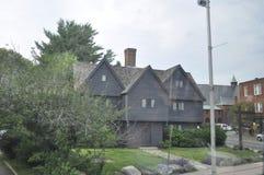 Salem MOR, 1st Juni: Häxahus till och med exponeringsglaset från Salem i den Essex County Massachusettes staten av USA Fotografering för Bildbyråer