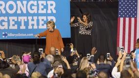 SALEM, NC - PAŹDZIERNIK 27, 2016: Demokratyczny kandyday na prezydenta Hillary Clinton i USA Pierwszy dama Michelle Obama pojawia Fotografia Royalty Free
