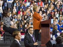 SALEM, NC - PAŹDZIERNIK 27, 2016: Demokratyczny kandyday na prezydenta Hillary Clinton i USA Pierwszy dama Michelle Obama pojawia Zdjęcia Stock
