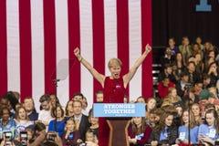 SALEM, NC - PAŹDZIERNIK 27, 2016: Demokratyczny USA Senacki kandydat Deborah Ross Pólnocna Karolina przedstawia Hillary Clinton i zdjęcia royalty free