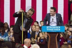 SALEM, NC - PAŹDZIERNIK 27, 2016: Kampania pracownicy przygotowywają podium dla Hillary Clionton i USA Pierwszy damy Michelle Oba Obrazy Stock
