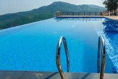 Salem, Yercaud, Indien, am 29. April 2017: Swimmingpool auf eine Hügelstation lizenzfreie stockbilder