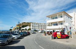 SALEMA, ALGARVE/PORTUGAL - 14. SEPTEMBER 2017: Hauptstraße des kleinen Dorfs bei Algarve Salema, Portugal im September, 14, 2017 stockbilder