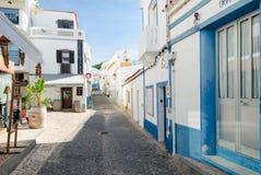 SALEMA, ALGARVE/PORTUGAL - 14 SETTEMBRE 2017: Salema, via con le barre ed i ristoranti Salema, Portogallo, settembre, 14, 2017 fotografia stock