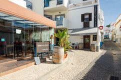 SALEMA, ALGARVE/PORTUGAL - 14 SETTEMBRE 2017: Salema, via con le barre ed i ristoranti Salema, Portogallo, settembre, 14, 2017 immagine stock libera da diritti