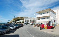 SALEMA, ALGARVE/PORTUGAL - WRZESIEŃ 14, 2017: Główna ulica mała wioska przy Algarve Salema, Portugalia na Wrześniu, 14, 2017 obrazy stock