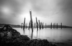 Salen Pier Isle de las islas escocesas de las montañas Mull blancos y negros imagenes de archivo