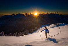 Salendo alla parte superiore Al di sci di fondo di alpinismo dello sci Fotografia Stock