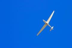 Salendo attraverso il cielo blu fotografia stock libera da diritti