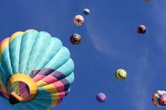 Salendo i cieli blu in mongolfiere immagini stock libere da diritti