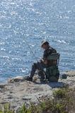 Salento峭壁的孤零零渔夫 免版税图库摄影