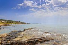 Salento海岸,爱奥尼亚海:Torre Vado镇全景  意大利(普利亚) 库存照片