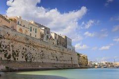 Salento海岸:奥特朗托,意大利普利亚港的全景  库存图片