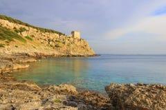 Salento Fjärd Porto Selvaggio: i den bakgrundsDell'Alto watchtoweren ITALIEN (Puglia) Arkivfoton