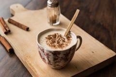Salep turc avec les bâtons de cannelle/lait de poule de Noël Photographie stock libre de droits