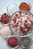 Sales de baño e ingredientes lujosos del BALNEARIO en cuencos Fotos de archivo