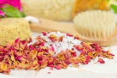 Sales de baño y pétalos color de rosa Imagen de archivo libre de regalías