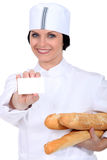 Salesgirl в магазине хлебопекарни Стоковые Изображения