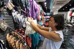 Saleslady dans une boutique images libres de droits