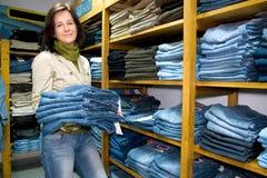 Saleslady en departamento del desgaste de los pantalones vaqueros Imagen de archivo libre de regalías