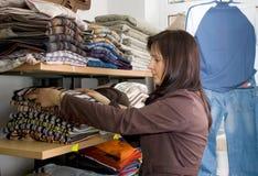Saleslady en un departamento del desgaste de los pantalones vaqueros Fotos de archivo libres de regalías