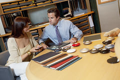 Salesperson showing color samples to female client Royalty Free Stock Photos