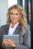 Saleswoman che usando touchpad Fotografia Stock Libera da Diritti