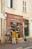 Saleswoman davanti al suo negozio Immagini Stock