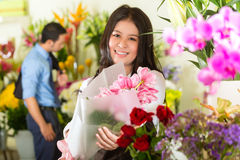 Saleswoman e cliente no florista Fotos de Stock