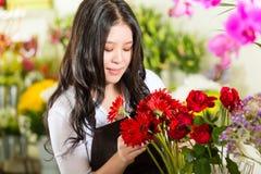 Saleswoman i en blomsterhandel Arkivfoto