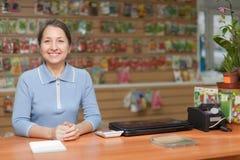 Saleswoman na loja do jardim Imagem de Stock Royalty Free