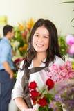 Saleswoman och kund i blomsterhandel Arkivbilder