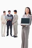 Saleswoman som visar bärbar datorskärmen Royaltyfria Foton