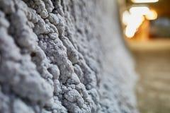 Salez les cristaux sur un mur dans une mine de sel Images libres de droits