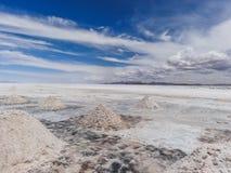 Salez les piles sur la Bolivie s Salar de uyuni photographie stock libre de droits